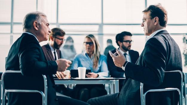 사무실 회의에서 심각한 문제를 논의하는 비즈니스 동료