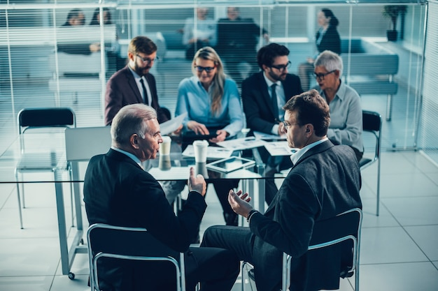 Деловые коллеги обсуждают серьезные вопросы на встрече в офисе