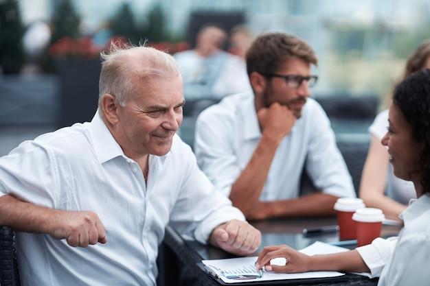 재무 일정 시작에 대해 논의하는 비즈니스 동료
