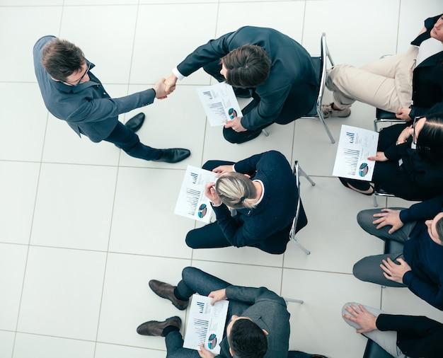 비즈니스 회의에서 서로 인사하는 비즈니스 동료