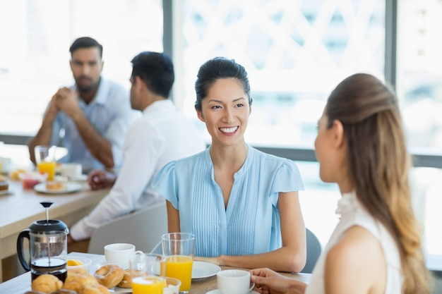 사무실 식당에서 함께 아침을 먹고 비즈니스 동료