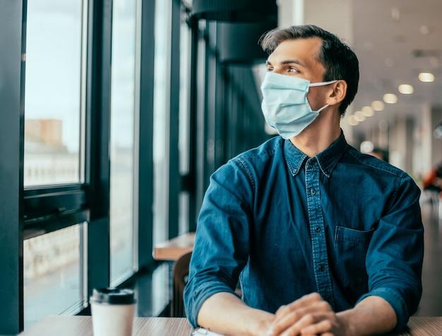 財務書類を扱う保護マスクの同僚