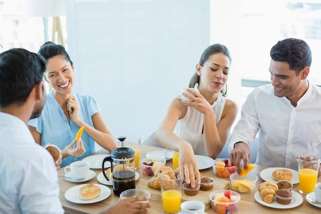 아침 식사를하는 동안 서로 상호 작용하는 비즈니스 동료