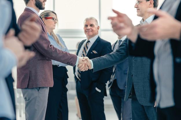 비즈니스 동료들이 악수를 하며 서로를 만나고 있습니다. 비즈니스 개념