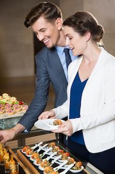 Бизнес коллеги порции себя в стол Бесплатные Фотографии