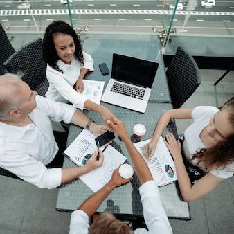 비즈니스 토론 테이블에 앉아 비즈니스 동료