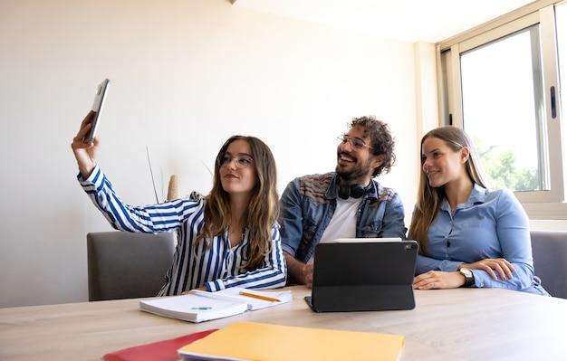 Коллеги по бизнесу делают селфи на встрече