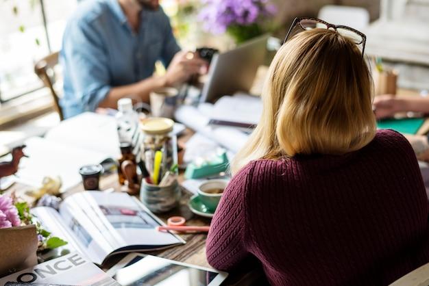 Коллеги по бизнесу коллегам обмениваются мнениями, работая вместе