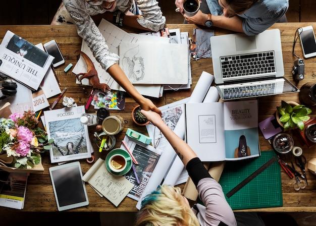 Бизнес коллеги вместе работа в команде офис