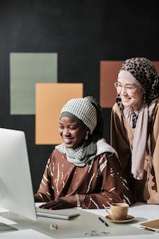Деловые коллеги, работающие на компьютере