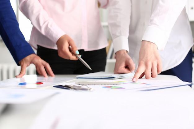 Бизнес коллег, работающих с документами в современном офисе