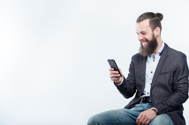 彼の電話を見ているビジネスコミュニケーション
