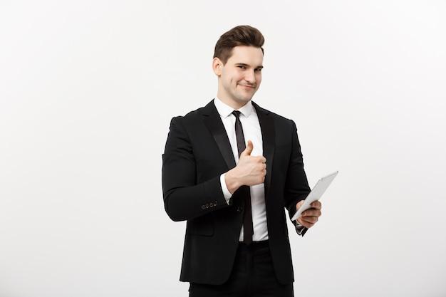 Affari, comunicazione, tecnologia moderna e concetto di ufficio - uomo d'affari sorridente con computer tablet che mostra i pollici in su. isolato su sfondo bianco