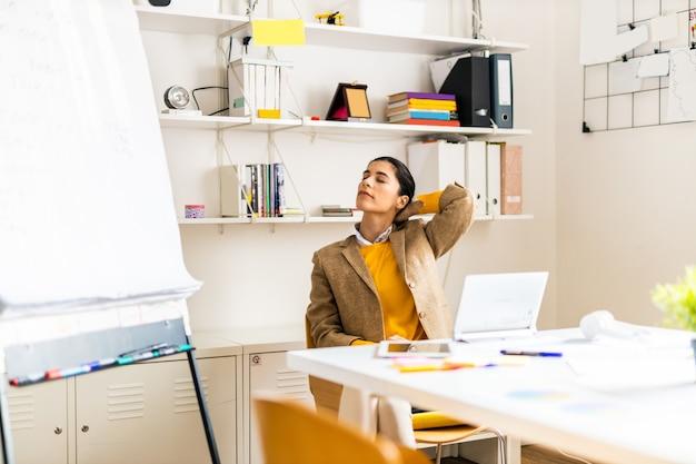 Сотрудник бизнес-компании, работающий за столом