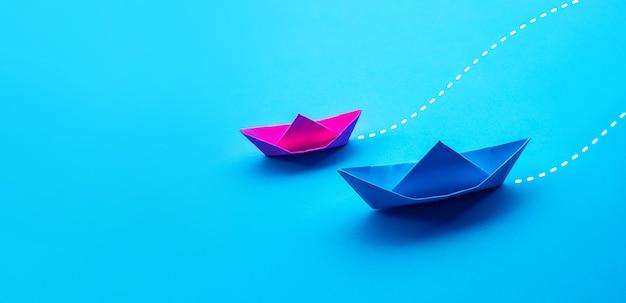 2つのボートペーパーによるビジネス競争またはパートナーの概念