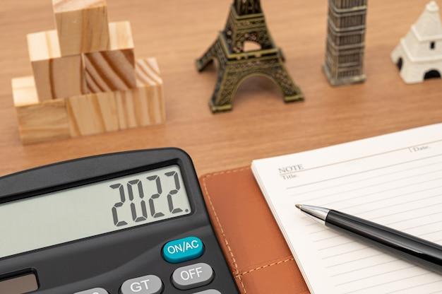 Бизнес-концепция фон с калькулятором и дневником и ручкой, представляющей