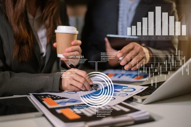 ビジネスコンセプト、ビジネスマンとビジネスウーマンの仕事とオフィスでチャートとの会議。