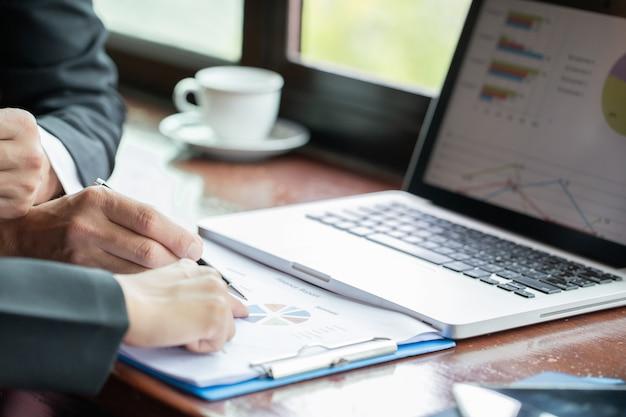 ビジネスコンセプト。オフィスで議論を持つ文書を持つビジネスチーム Premium写真