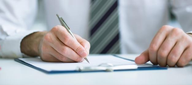 Бизнес-концепция: бизнесмен подписывает контракт