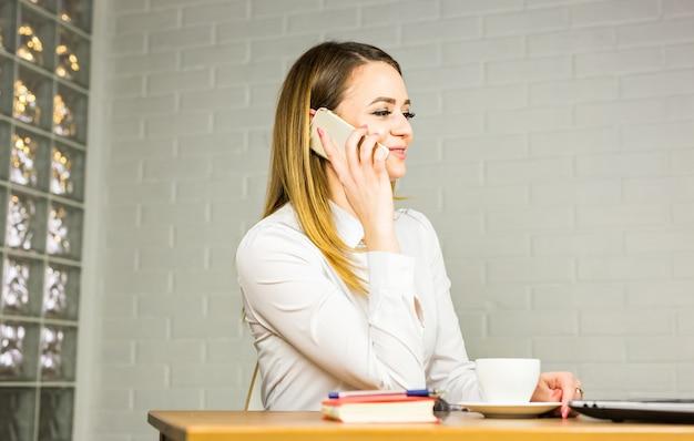 비즈니스 개념-사업가 사무실에서 전화 통화