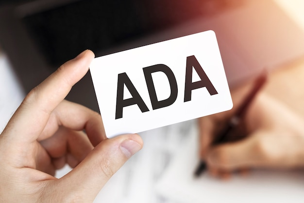 ビジネスコンセプト。 adaの文字が書かれたカード-障害を持つアメリカ人法。