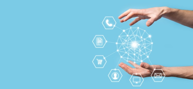 Бизнес-концепция закройте человека с помощью мобильного смартфона и инфографики значок цифровой технологии сообщества. концепция высоких технологий и больших данных. тонированное изображение