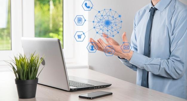 비즈니스 개념 모바일 스마트 폰과 커뮤니티 기술 디지털의 인포그래픽 아이콘을 사용하는 사람의 클로즈업. 하이테크 및 빅 데이터의 개념입니다. 톤 이미지