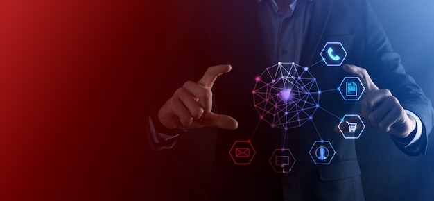 ビジネスコンセプト携帯電話とコミュニティテクノロジーデジタルのインフォグラフィックアイコンを使用して男のクローズアップ。ハイテクとビッグデータのコンセプト。トーンの画像。