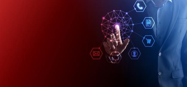 ビジネス コンセプト モバイル スマート フォンとコミュニティ テクノロジー デジタルのインフォ グラフィック アイコンを使用して男のクローズ アップ。ハイテクとビッグ データのコンセプト。トーンのイメージ。