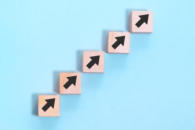 비즈니스 개념 성장 성공 과정, 파란색 배경에 단계 계단으로 나무 블록 스태킹을 닫습니다