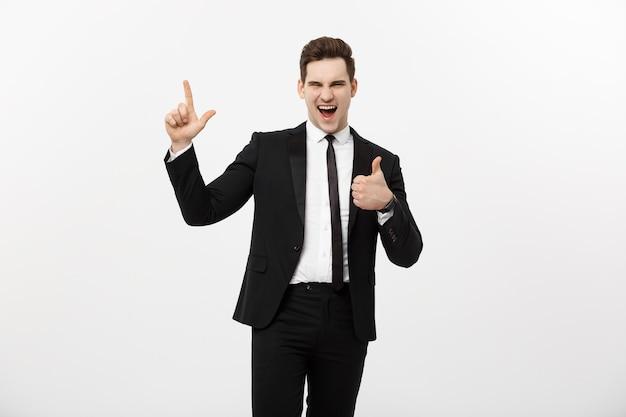 ビジネスコンセプト:白い背景の上に孤立した指を指しているハンサムなビジネスマン
