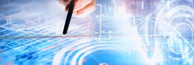 ビジネスコンセプト。情報技術とデータ処理。グラフィックデータを含む画面を渡します。ビジネスにおける最新のソフトウェア製品。