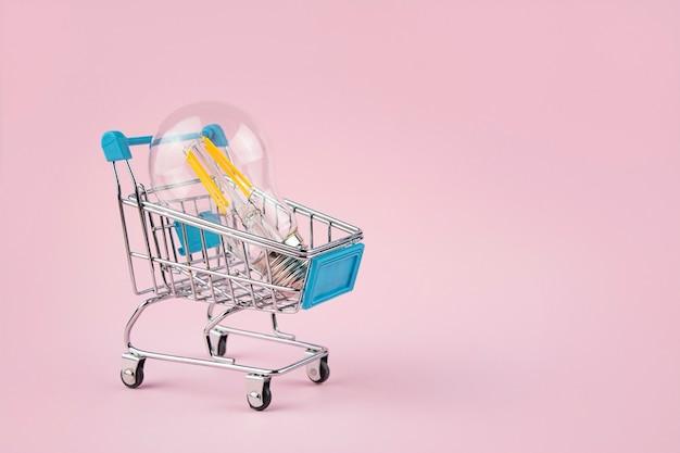 ビジネスコンセプト。ピンクのショッピングカートのランプ