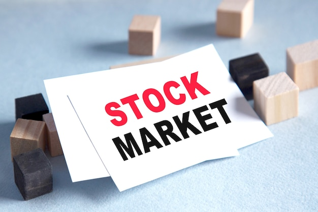 비즈니스 개념. 텍스트 주식 시장 목록. 비즈니스, 금융, 마케팅 개념을위한 밝은 솔루션