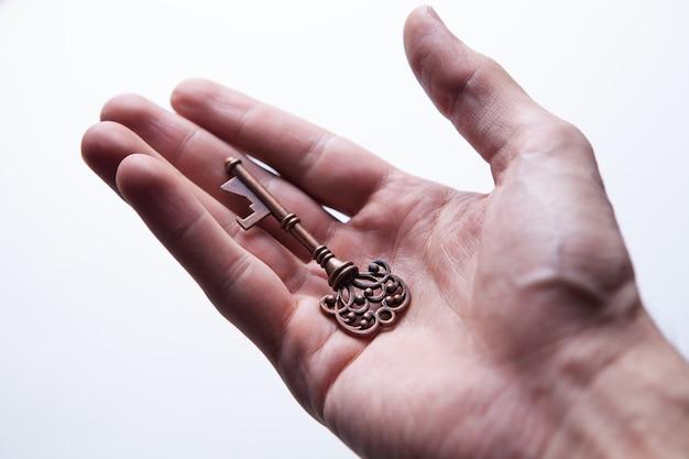 Бизнес-концепция мужчина держит ключ в руке