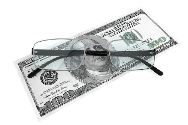 Бизнес-концепция. металлические очки для чтения с деньгами на белом фоне