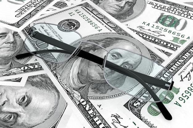 Бизнес-концепция. металлические очки для чтения с деньгами