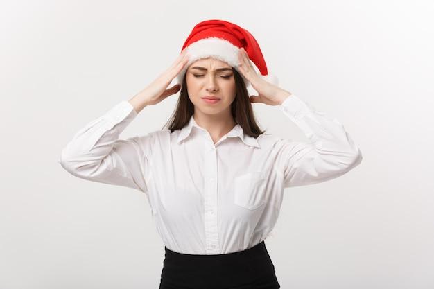 심각한 사려 깊은 포즈와 크리스마스 테마의 비즈니스 개념 현대 백인 비즈니스 우먼