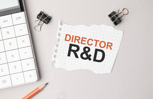 Бизнес-концепция. блокнот с директором текста r и d лист белой бумаги для заметок, калькулятор, очки, карандаш, ручка, на белом фоне