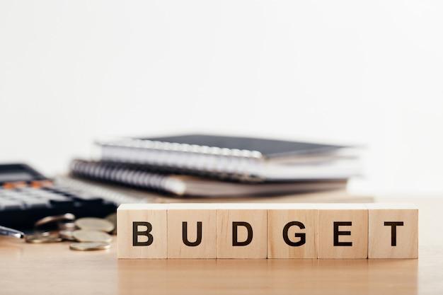 2021年を計画するビジネスコンセプト。オフィスデスクにbudgetという単語が付いた木製の立方体ブロック。コピースペース。