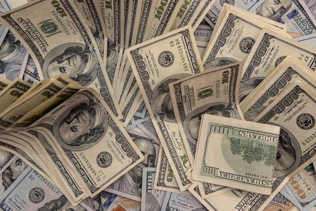교환을 절약하는 100달러 지폐의 비즈니스 개념 더미
