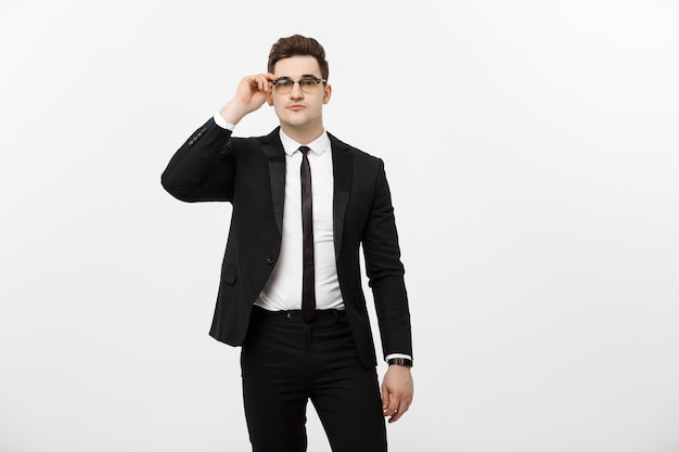 ビジネスコンセプト:白い背景の上に分離された眼鏡をかけている肖像画のハンサムな青年実業家