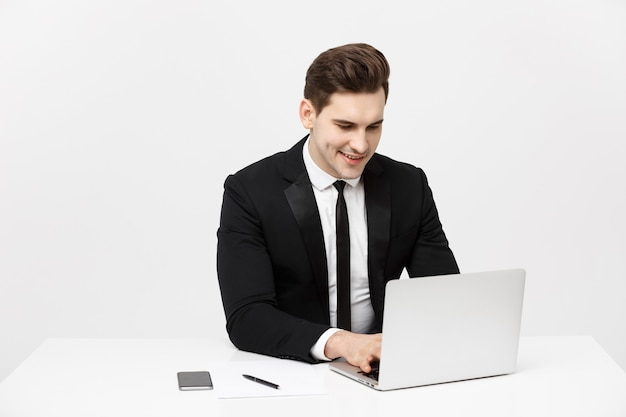 비즈니스 개념: 사무실에서 노트북 작업을 하는 행복한 매력적인 사업가 초상화