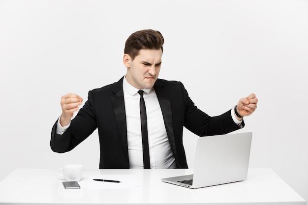 Ritratto di concetto di affari di uomo d'affari arrabbiato che urla seduto in ufficio isolato su sfondo bianco...