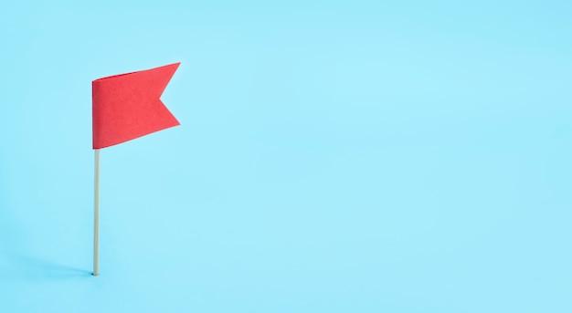 사업 개념. 목표 달성. 파란색 테이블에 붉은 깃발. 다를 수 있습니다. 공간을 복사하십시오.