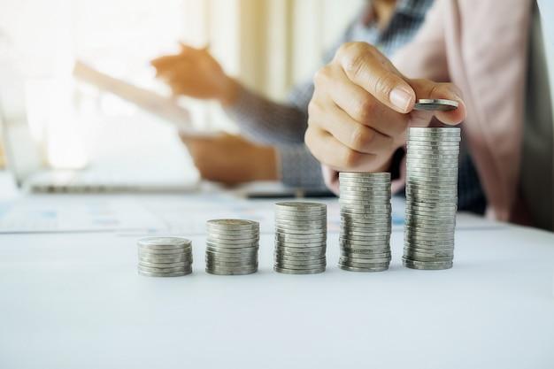 사업 개념. 사업 남자와 여자와 금융 및 금융 개념에 대 한 동전의 행. 국제 금융 컨설팅의 은유. 프리미엄 사진