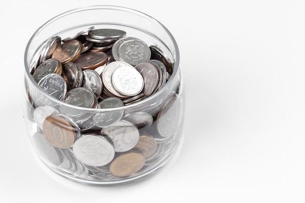 Бизнес-концепция, сохранение планирования с монетами в стеклянной банке