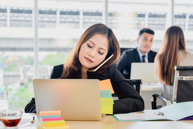 ビジネスコンセプト長官のオフィスで電話で話して、オフィスでの仕事でのビジネスの女性