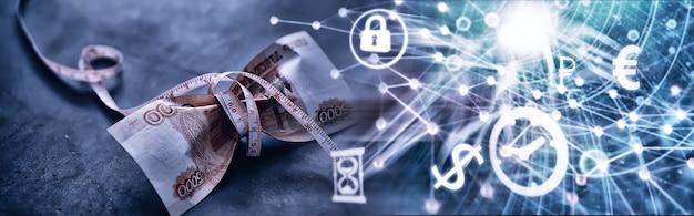 ビジネスコンセプト。国の通貨の減価。 「50万ルーブル」と書かれた請求書。インフレと停滞。測定チェーンでロシアの紙幣を締めます。