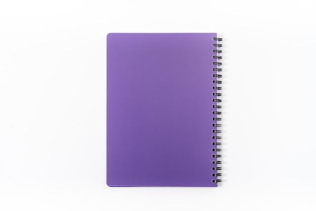 비즈니스 개념-나선형 크래프트 노트북 전면의 상위 뷰 컬렉션, 보라색과 흰색 오픈 페이지 모형에 대한 배경에 고립